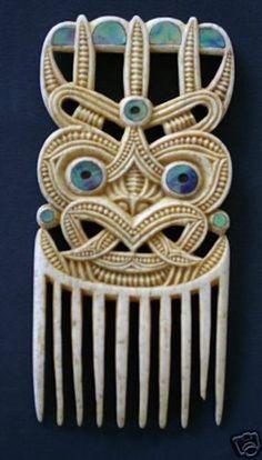 one of the greatest maori carvers created this heru comb . pataromu tamatea - New Zealand . Polynesian Art, Polynesian People, Tribal Hair, Maori People, Maori Designs, New Zealand Art, Nz Art, Maori Art, Kiwiana