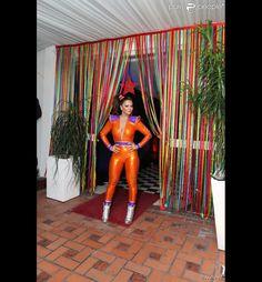 Viviane Araújo escolhe look colado e decotado para festejar a chegada dos 40 anos em festa inspirada nos anos 80