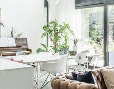 Binnenkijken bij Jasper en Charlotte: Voor een flinke dosis interieur-vitamines - Stek Woon & Lifestyle Magazine Lounges, Lifestyle, Hu Ge, Minimalism, Living Rooms, Lounge, Sitting Rooms, Family Rooms