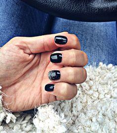 Short nails/ black nails