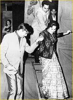 David Bowie with German transvestite Romy Haag at the Alcazar - Paris 1976 Old Hollywood Style, Hollywood Fashion, Totems, Boris Vian, Egyptian Women, Anthony Quinn, Serge Gainsbourg, Men In Kilts, Showgirls