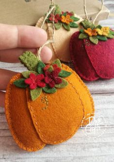 Pumpkin ornaments with flowers, Fall decorations, Autumn decor, Wool Felt ornament – 1 ornament – keçe işleri – Kreativ Felt Embroidery, Felt Applique, Autumn Crafts, Holiday Crafts, Fabric Crafts, Sewing Crafts, Felted Wool Crafts, Felt Decorations, Felt Christmas Ornaments
