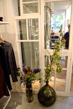 Inspirerende anecdotes en groene porseleinen tegels in de boutique van Anecdote | roomed.nl