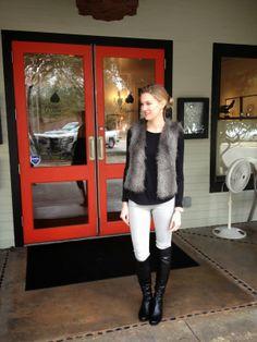 Jersey negro + chaleco de pelos + pantalón blanco + botas altas negras