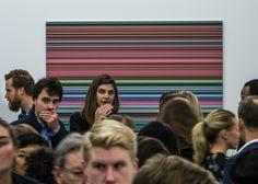 Dica minha de reportagem sobre o mercado de arte . Público da Frieze Art Fair de Londres à frente da obra do artista alemão Gerhard Richter. Foto: Hélio Campos Mello  http://brasileiros.com.br/2016/03/e-roda-segue-girando/