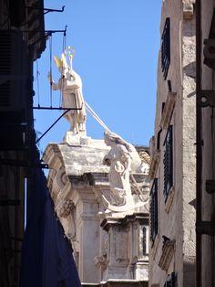 Torre de uma das igrejas nas muralhas-Dubrovnik