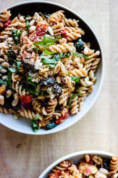 Italiensk pastasalat med squash og tomater