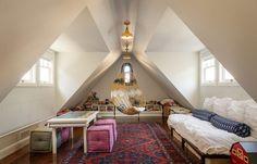 couleur chambre ado, fauteuil suspendu, canapé droit en blanc et tapis multicolore
