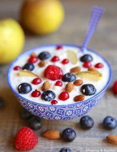 s d'avoine a faire gonfler dans un peu de lait 1 h, ensuite on rajoute du yaourt + du lait Nestlé (quantité suivant les gouts de chacun) et pour terminer des tranches de bananes, de la pomme râpée, de la poire en cubes, des dès d'ananas, des raisins, des amandes effilée