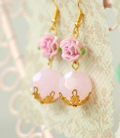 Sehr feine goldene (kein echtes Gold) Ohringe mit kleinen Röschen aus Kunstoff.   Die zart rosa farbigen Perlen sind aus Glas, das Metall ist nickelfr