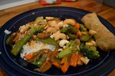 Slow Cooker Cashew Chicken - Delish! - via Newlywoodwards