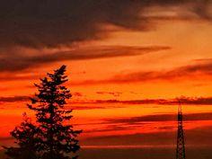 Rosso fuoco ai piedi del Vesuvio #vesuvio #napoli #instagram #landscape #amazing #red #sunset