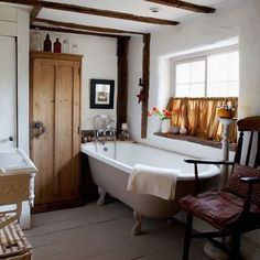 A typical country cottage bathroom. Country Style Bathrooms, Home, Bathroom Styling, Country Style Decor, Rustic House, Bathrooms Remodel, Beautiful Bathrooms, Cottage Bathroom, Bathroom Design