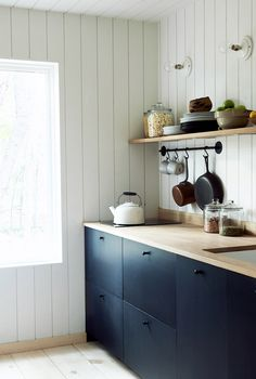 my scandinavian home: Off The Grid: 'The Hut' In The Woods Of Ohio Bla Black Kitchen Cabinets Bla Grid home Ohio Scandinavian Woods Black Kitchen Cabinets, Dark Cabinets, Black Kitchens, Kitchen Black, Modern Kitchens, Kitchen Modern, Cupboards, My Scandinavian Home, Scandinavian Design