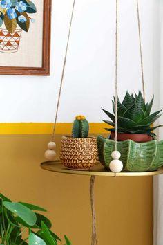 déco bohème chic et peinture ocre jaune doré en soubassement, cache pot en céramique motifs écailles