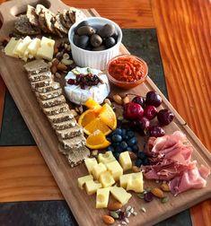 """""""#Picoteo o #aperitivo de fin de semana. 😋😋😋 . Todo rico con salsas y mermeladas de @perfectchoicecl, quesos 🧀, jamón serrano 🥓, aceitunas,…"""""""