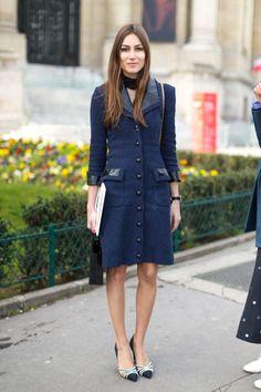 Модель в платье с пуговицами и накладными карманами, туйфли