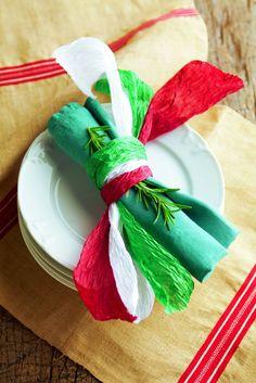 """Gedeckt mit """"tricolore"""": Grünes, weißes und rotes Krepp-papier (Bastelladen) in Streifen schneiden. Um die Servietten binden. Eventuell einen Rosmarinzweig dazu als würziges Extra.  http://www.meine-familie-und-ich.de/"""