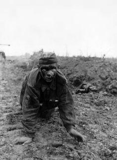 Un jeune soldat soviétique blessé, rampant vers ses ravisseurs allemands lors de la bataille de Koursk.