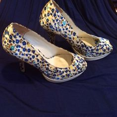 """Floral print Aldo Peep-toe Pumps! Beauty....: floral blues with a tiny hint of yellow and turquoise for added fun and design! 4"""" heel with .5 platform for comfort! Aldo satin fun shoe! Gently worn ... Great deal on a fab find! ALDO Shoes Heels"""