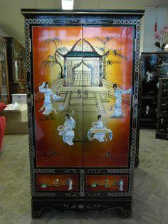 Meuble d'entrée 2 portes 2 tiroirs,de couleur noir more dorée et de motif personnages en nacre. Dimensions : L 61 P 33 H 114.