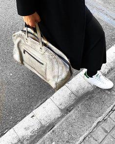 Llega el buen tiempo y con ello las escapadas de fin de semana. Leather Craft, Leather Bag, Spring Bags, Handmade Accessories, Handmade Bags, Leather Working, Fashion Bags, Backpacks, Shoulder Bag