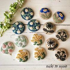. 新年度が始まると何かと慌ただしいですよね🌸 そんな時期に、娘とオープンキャンパス+体験入学に行ってきます🚄💨 日帰りだけど旅行気分の母😊✨ . 写真は委託させていただいている@popo.panchi さんへ ブローチとヘアゴムに変身します🌸早く送らなきゃ💦 . #ブローチ… Sashiko Embroidery, Embroidery Stitches, Hand Embroidery, Embroidery Designs, Felt Christmas, Christmas Crafts, Crafty Projects, Projects To Try, Diy Pins