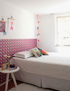A cabeceira da cama é um adesivo feito em uma gráfica. Com efeito óptico, o adesivo foi uma pechincha e mudou completamente o cômodo.