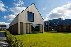 Houtprofiel NaturalCladding: board R3 in afmeting: 18 x 92 mm en het oppervlak is gladgeschaafd. Het hout is onbehandeld en zal in de loop der tijd op natuurlijke wijze vergrijzen. Garage Doors, Shed, Outdoor Structures, Outdoor Decor, Modern, Home Decor, Lush, Lean To Shed, Trendy Tree