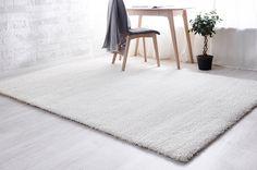 Vivaldi-matto on todellinen kestosuosikki. Laadukas polyamidinukka on heatset-käsitelty, joten nukka on antistaattinen eikä kerää pölyä. Matto on myös pitkäikäinen, sillä nukka kestää erittäin hyvin käyttöä. Maton pehmeä huopapohja sopii kaikille lattiapinnoille, myös lattialämmitteisiin tiloihin. Matto toimitetaan toimitusmyyntinä.
