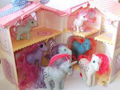original my little pony. Ik heb dit huis nog op zolder staan! Zelfs met blauwe strik!!! :D