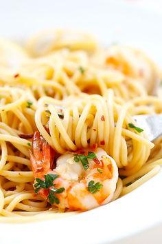 Spaghetti Aglio e Olio with Shrimp - super easy and delicious spaghetti with garlic, olive oil, shrimp and red pepper flakes.