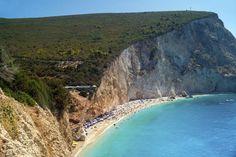 05) La spiaggia di Porto Katsiki sull'isola di Lefkada, circondata da una montagna imponente (foto: Getty Images)185790710Porto Katsiki beach at Lefkada island, GreeceGetty Images/iStockphoto
