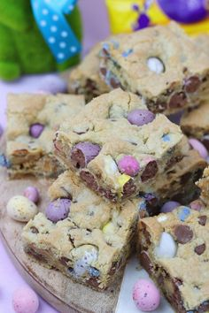 Yummy Mini Egg & Chocolate Chip Cookie Traybake perfect for Easter. Mini Egg Cookie Bars are my new Favourite! SO, today is the second. Mini Egg Recipes, Tray Bake Recipes, Easter Recipes, Sweet Recipes, Baking Recipes, Cookie Recipes, Easter Ideas, Easter Food, Easter Snacks
