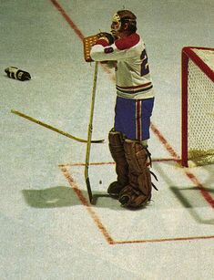 Montreal goalie Ken Dryden played on the Canadiens from season through season(taking off the season) but during his time in the net for the Habs the Canadiens won 6 Stanley Cups, He won the Calder Trophy for Rookie of the Year, 5 Vez Hockey Goalie, Hockey Teams, Ice Hockey, Montreal Canadiens, Ken Dryden, Hockey Boards, Goalie Mask, Nhl News, El Paso