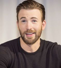 Chris Evans during the 'Captain America: Civil War' film photocall in Los Angeles, California on April Chris Evans Gifted, Chris Evans Beard, Robert Evans, Chris Evans Tumblr, Chris Evans Funny, Captain America Funny, Captain America Civil War, Capitan America Chris Evans, Chris Evans Captain America