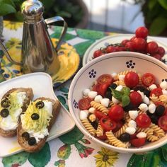 "Anna, Olio e Peperoncino on Instagram: ""Desde mi terraza, una ensalada de pasta y bruschetta con burrata y tiras de calabacín y aceitunas negras... una explosión de sabores. Video…"" Bruschetta, Anna, Instagram, Pasta Salad, Plate, Recipes, Sidewalk Cafe"