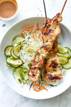 Chicken satay with almond dipping sauce. combine with a Fresh and Easy Vietnamese Noodle Salad and you have a fresh and light meal. Clean Eating, Healthy Eating, Vietnamese Noodle Salad, Asian Recipes, Healthy Recipes, Easy Vietnamese Recipes, Pickling Cucumbers, Macaron, The Best