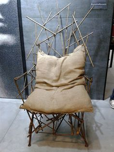 """Poltrona """"Obras"""", dos designers Leo Capote e Marcelo Stefanovicz. Composta de vergalhões pintados de dourado."""