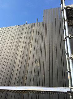 De gevelbekleding, zwarte geoliede lariks 1311TUYP stam.be Wooden Cladding Exterior, Wood Facade, Timber Cladding, Wooden Architecture, Architecture Details, Modern Barn, Modern Rustic, Glass Wall Design, Wood Detail
