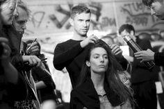 Anthony Turner coiffe Jessica Miller en backstage du défilé Anthony Vaccarello printemps-été 2015