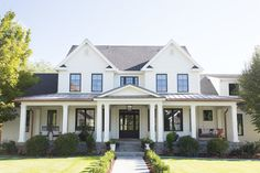 130 Stunning Farmhouse Exterior Design Ideas - farmhouse - Home Design Farmhouse Exterior Colors, White Exterior Houses, Modern Farmhouse Design, House Paint Exterior, Exterior Paint Colors, Exterior House Colors, Style At Home, Porches, Benjamin Moore Exterior
