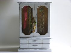 Painted light gray vintage jewelry box / by cgraceandcompany