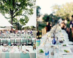 As penas de pavão permitiram imprimir requinte ao ambiente deste casamento ao ar livre. #casamento #decoração
