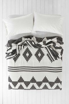 $119 - 4040 Locust Contrast Geo Bed Blanket - Urban Outfitters