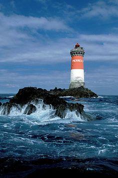 Le phare des Pierres Noires vu depuis les roches....