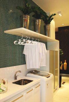 A pastilha verde escura quebrou o ambiente total branco. Atenção especial aos vasos na prateleira.
