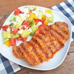 Zobrazit Grilovaná krkovice s balkánským salátem receptů Grill Pan, Grilling, Meat, Chicken, Kitchen, Food, Red Peppers, Griddle Pan, Cooking