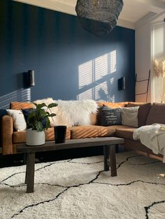 Cognac couch in combination with a blue wall! Kids Living Rooms, Living Room Colors, Living Room Interior, Home Living Room, Green Rooms, Blue Rooms, Blue Walls, Sofa Colors, Living Room Inspiration