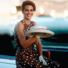 Julia Roberts, Pretty Woman - Off to the races! Julia Roberts is positively radiant in this pretty polkadot dress, but we all know which frock Pretty Woman really made famous . Julia Roberts, Jennifer Grey, Pretty Woman Film, Pretty Woman Costume, Moderne Outfits, Polo Match, Polo Classic, Wie Macht Man, Richard Gere
